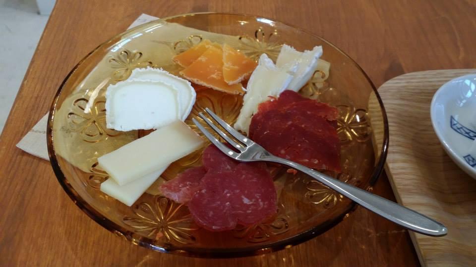 四種のチーズ、チョリソー、サラミ